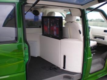 Flatlift TV Hebesystem ins Ledermöbel integriert