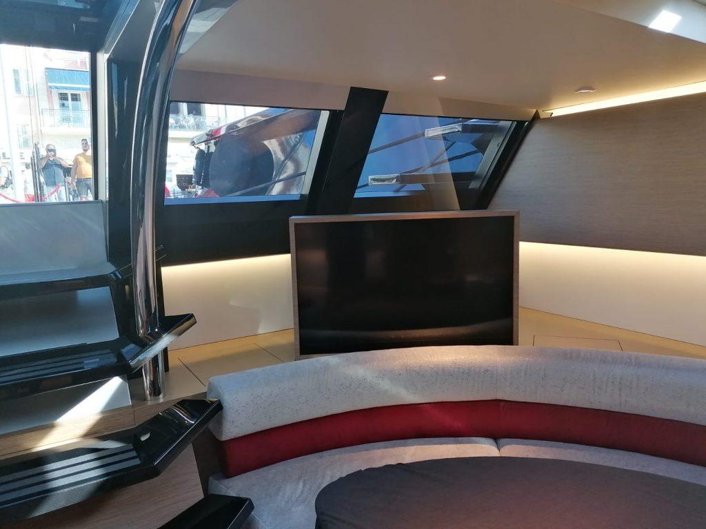 Nahaufnahme des Flatlift TV Lift Systems installiert auf der Wally 130ft Offshore-Segelyacht